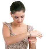 молодая женщина с браслетом — Стоковое фото