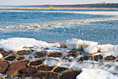 Frozen sea and stone seashore — 图库照片