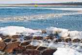 Mer gelée et pierre bord de mer — Photo