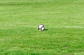 Bollen på fotbollsplanen — Stockfoto
