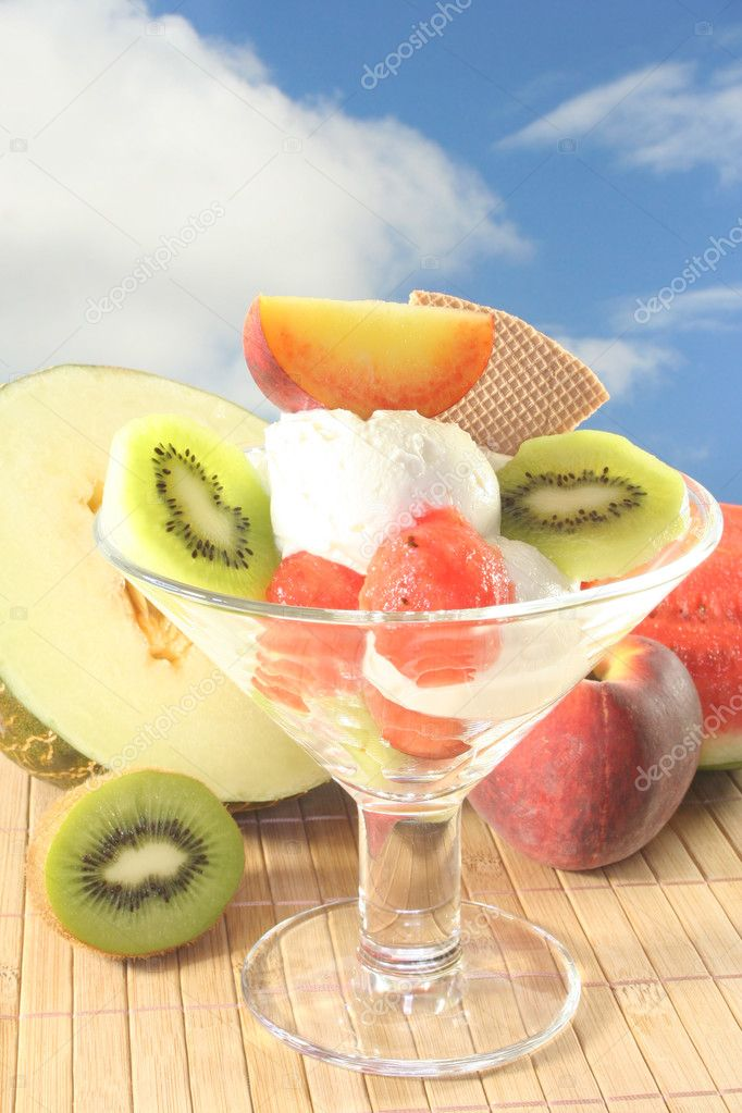 Fruit sundae with fresh kiwi, peach and melon — Stock Photo #3632384