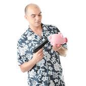 男子用枪指着猪存钱罐 — 图库照片