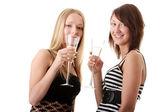 Dos mujeres jóvenes casuales disfrutando de champán — Foto de Stock