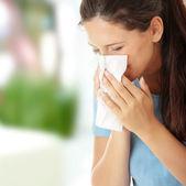 Mujer adolescente con alergia o resfriado — Foto de Stock