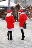 Two girls dressed as Santa Claus on a city street — Stock Photo