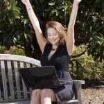 kobieta korzysta z laptopa — Zdjęcie stockowe #2739096