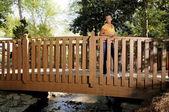 черная женщина на мосту — Стоковое фото