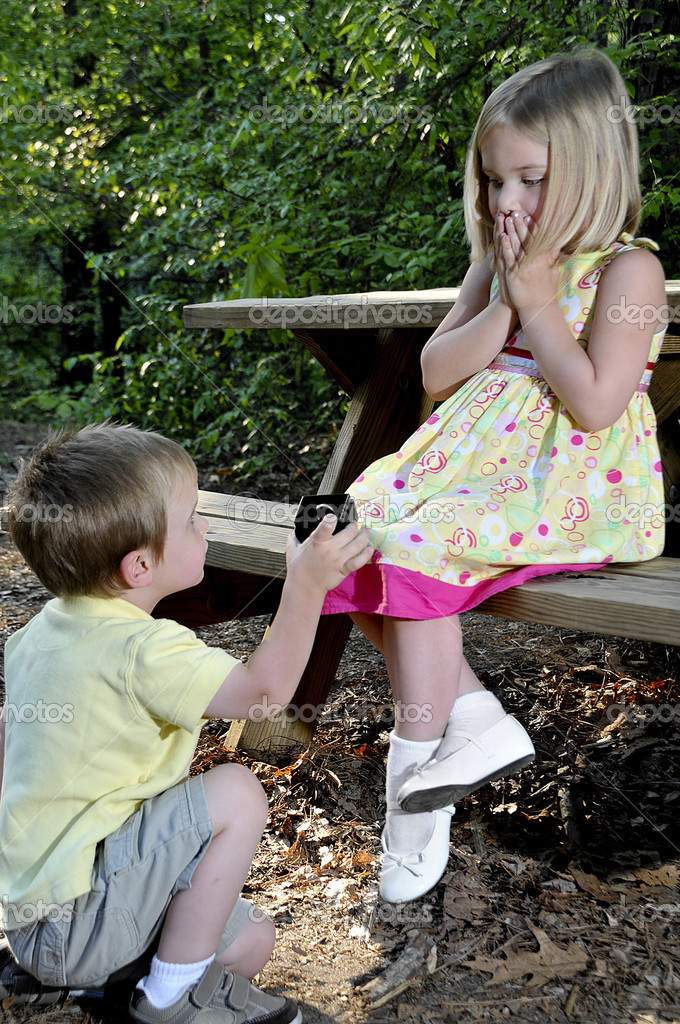 A little boy proposing marriage to a little girl  — Stock Photo #2914107