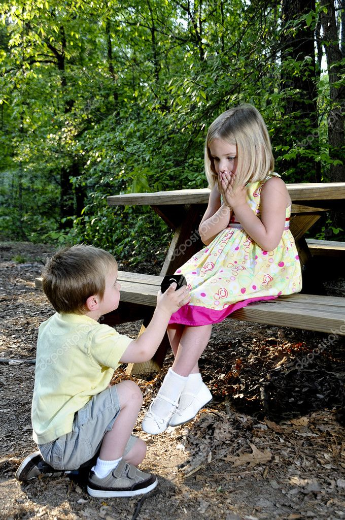 A little boy proposing marriage to a little girl  — Stock Photo #2914441