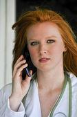 врач по телефону — Стоковое фото