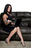 Femme à l'aide d'ordinateur portable — Photo