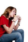 Teenager mit geschweiften Klammern ein Sandwich zu essen — Stockfoto