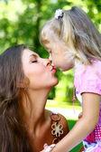 красивая девочка со своей матерью — Стоковое фото