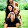 Teenager-Gruppe im park — Stockfoto