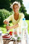Sorridente e bela mulher cozinhando — Foto Stock