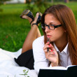 Beautiful young woman studing in park — Stock Photo