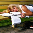 Young attractive student reading the book - Foto Stock