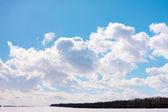 Alanın üzerinde cumulus bulutları ile gökyüzü — Stok fotoğraf