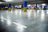 Traffico in parcheggio garage — Foto Stock