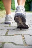 Yaz aylarında yürüyen kadın — Stok fotoğraf