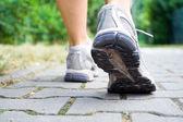 Sapatas do esporte andando no verão — Foto Stock