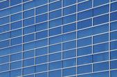 Okna moderní komerční kancelářské budovy — Stock fotografie