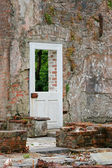 Ruines and door — Stock Photo
