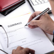 Businessman signing Contract — Stockfoto