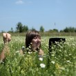 Working with laptop in meadow — Stock fotografie