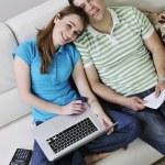 Młoda para działa na laptopie w domu — Zdjęcie stockowe
