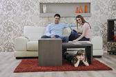 Glückliche junge familie zu hause — Stockfoto
