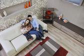 Família jovem feliz em casa — Foto Stock