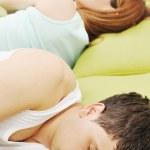 Młoda para w łóżku — Zdjęcie stockowe
