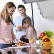 szczęśliwe rodziny młodych w kuchni — Zdjęcie stockowe