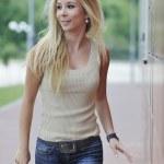 vrouw buiten in casual mode kleding — Stockfoto