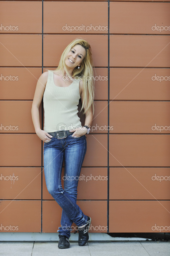 Woman outdoor in casual fashion clothes representing urban style concept and fashion — Stock Photo #3120138