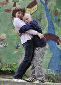 Heureux frère et soeur en plein air dans le parc — Photo