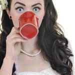 mooie jonge vrouw met rode staatsgreep van koffie geïsoleerd op wit — Stockfoto