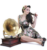 Pretty girl listening music on old gramophone — Stockfoto