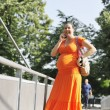Happy pregnant woman talking by cellphone — Stockfoto