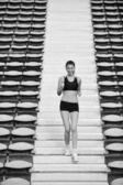 Mujer para correr en el estadio de atletismo — Foto de Stock