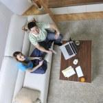 giovane coppia lavorando sul portatile a casa — Foto Stock #3491189