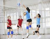 Mädchen volleyball indoor spiel — Stockfoto