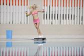 Exercício fitness à beira da piscina — Foto Stock