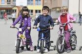 Groupe d'enfants heureux apprendre à vélo de route — Photo