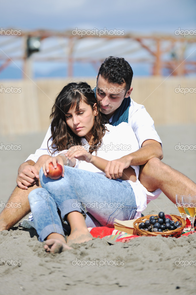 Happy young couple enjoying  picnic on the beach and have good time on summer vacations — Stock Photo #4353172