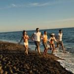 Couple jogging on the beach — Stock Photo