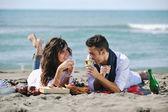 快乐的年轻夫妇在美丽的海滩玩得开心 — 图库照片