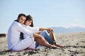 Pareja joven feliz que te diviertas en playa hermosa — Foto de Stock