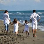 mutlu bir aile var eğlenceli plaj — Stok fotoğraf